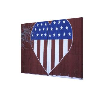 Bandera en la forma del corazón pintada en granero impresión en lona