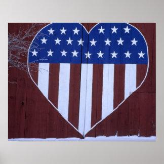 Bandera en la forma del corazón pintada en granero póster