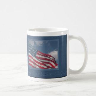 Bandera en las nubes/la enhorabuena en hacer un U Tazas De Café
