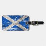 Bandera escocesa rascada y llevada etiquetas bolsas