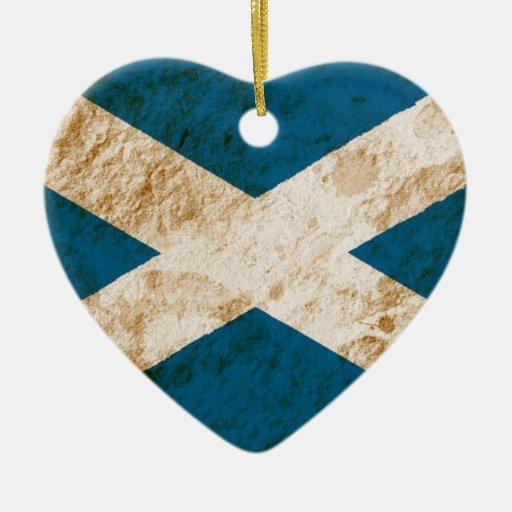 Bandera escocesa rugosa adorno navideño de cerámica en forma de corazón