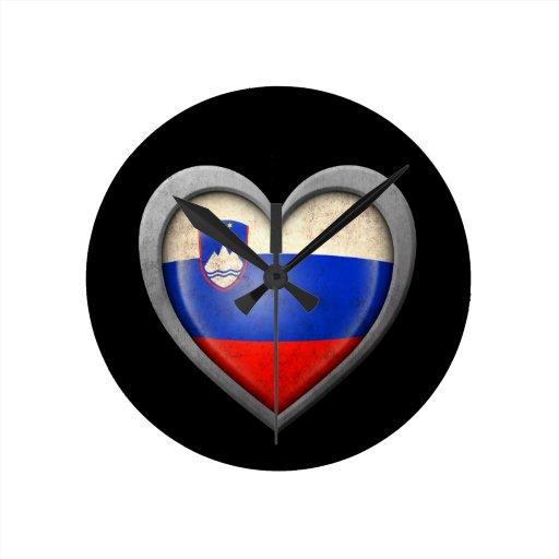 Bandera eslovena del corazón con efecto del metal reloj de pared