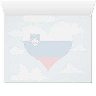 Bandera eslovena en un fondo nublado