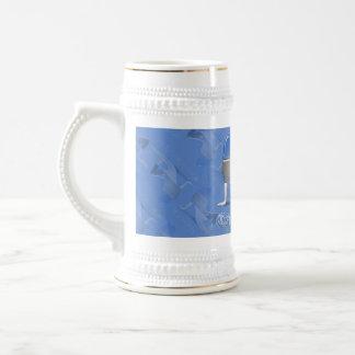 Bandera estonia de la silueta del chica jarra de cerveza
