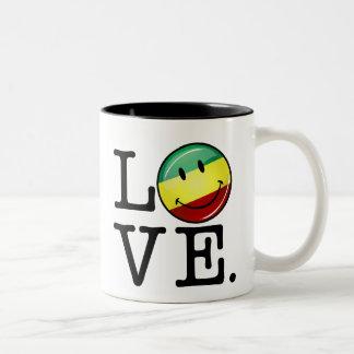 Bandera feliz de Rasta del amor de Rastafarian Taza Dos Tonos