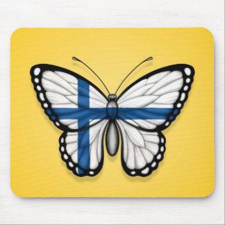 Bandera finlandesa de la mariposa en amarillo alfombrillas de ratones