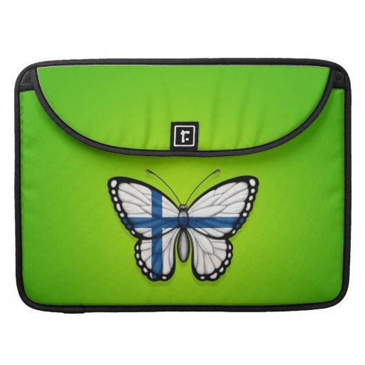 Bandera finlandesa de la mariposa en verde fundas para macbook pro