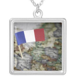 Bandera francesa en mapa colgante cuadrado