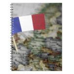 Bandera francesa en mapa libros de apuntes con espiral