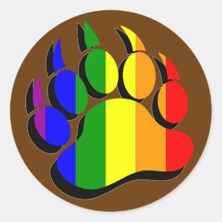 Bandera gay del arco iris de la pata de oso con la pegatina redonda