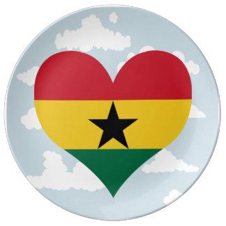 Bandera ghanesa en un fondo nublado