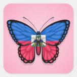 Bandera haitiana de la mariposa en rosa pegatinas cuadradases