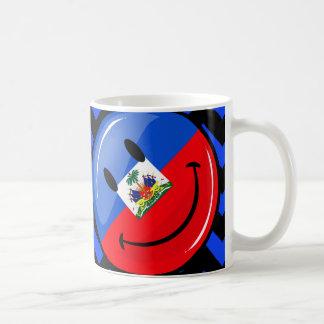 Bandera haitiana sonriente redonda brillante tazas de café