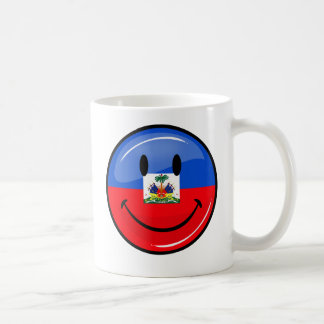 Bandera haitiana sonriente redonda brillante taza