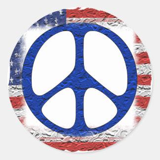 Bandera hecha andrajos de la paz etiqueta redonda