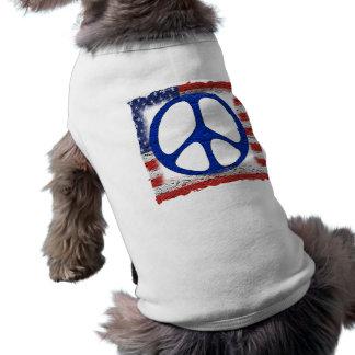 Bandera hecha andrajos de la paz camiseta de perrito