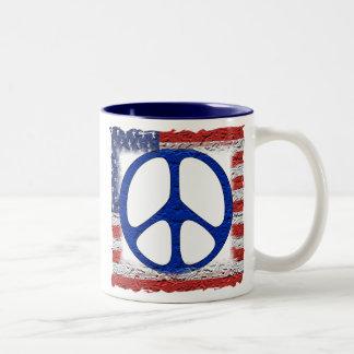 Bandera hecha andrajos de la paz taza de dos tonos