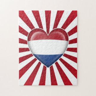 Bandera holandesa del corazón con la explosión de  puzzle con fotos