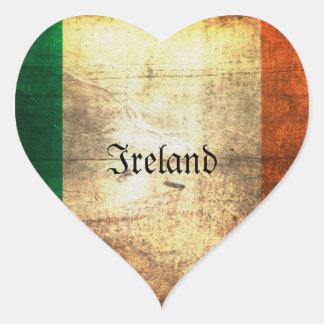 Bandera irlandesa apenada pegatina en forma de corazón