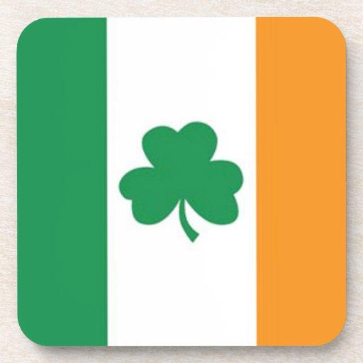 Bandera irlandesa con el trébol posavasos de bebidas