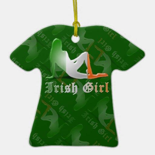 Bandera irlandesa de la silueta del chica adorno navideño de cerámica en forma de playera