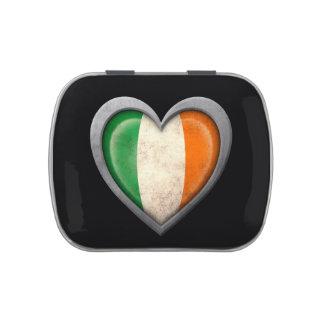 Bandera irlandesa del corazón con efecto del metal latas de caramelos