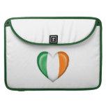 Bandera irlandesa del corazón en blanco funda para macbooks