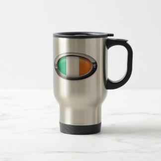 Bandera irlandesa en el marco de acero taza de café