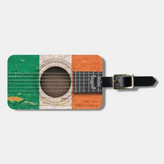 Bandera irlandesa en la guitarra acústica vieja etiquetas para maletas