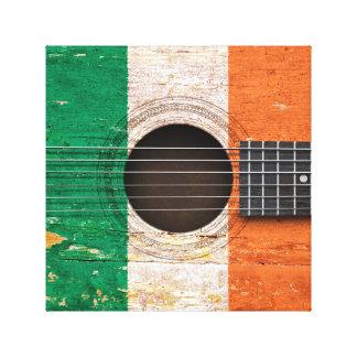 Bandera irlandesa en la guitarra acústica vieja impresión en lona estirada