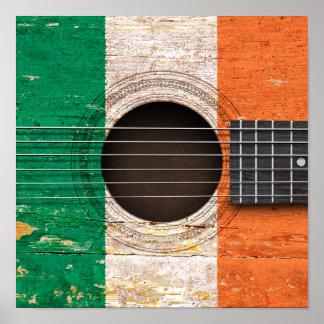 Bandera irlandesa en la guitarra acústica vieja póster