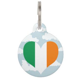 Bandera irlandesa en un fondo nublado