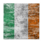 Bandera irlandesa rascada y llevada azulejos