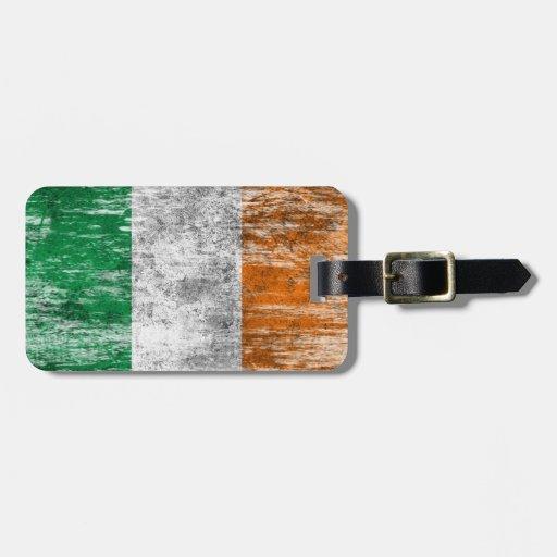 Bandera irlandesa rascada y llevada etiqueta para equipaje