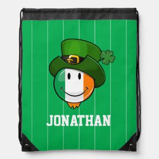 Bandera irlandesa sonriente que lleva un gorra del mochilas