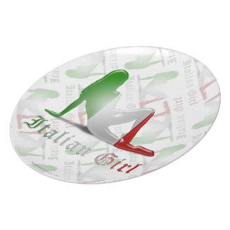 Bandera italiana de la silueta del chica platos de comidas