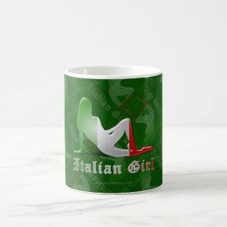 Bandera italiana de la silueta del chica taza