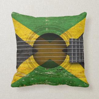 Bandera jamaicana en la guitarra acústica vieja cojin