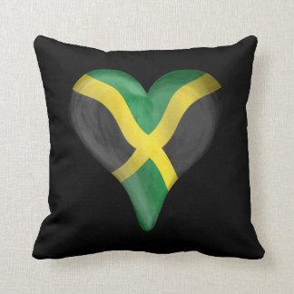 Bandera jamaicana en un corazón almohada