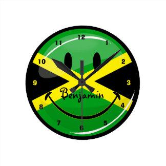 Bandera jamaicana sonriente de la ronda brillante reloj redondo mediano