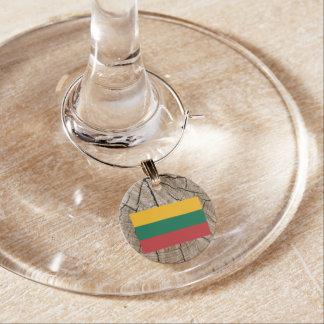 Bandera lituana en corteza de árbol identificador de copa