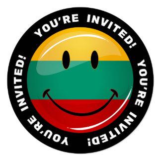Bandera lituana sonriente redonda invitación 13,3 cm x 13,3cm