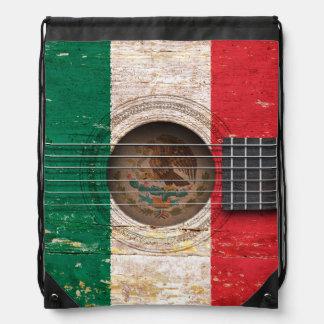 Bandera mexicana en la guitarra acústica vieja mochilas