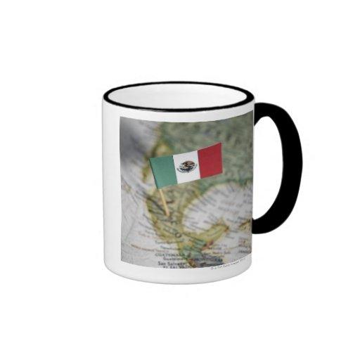 Bandera mexicana en mapa tazas de café