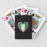Bandera nigeriana del corazón con efecto del metal barajas de cartas