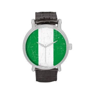 Bandera nigeriana rascada y rasguñada relojes