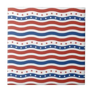 Bandera ondulada patriótica de la libertad de las  azulejo cuadrado pequeño