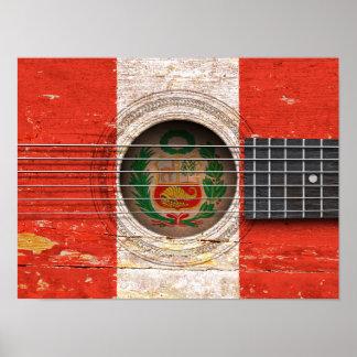 Bandera peruana en la guitarra acústica vieja póster