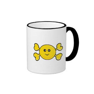 bandera pirata sonriente del amarillo del cráneo d taza de café