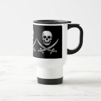 Bandera pirata vidriosa del cráneo y de la espada taza de viaje